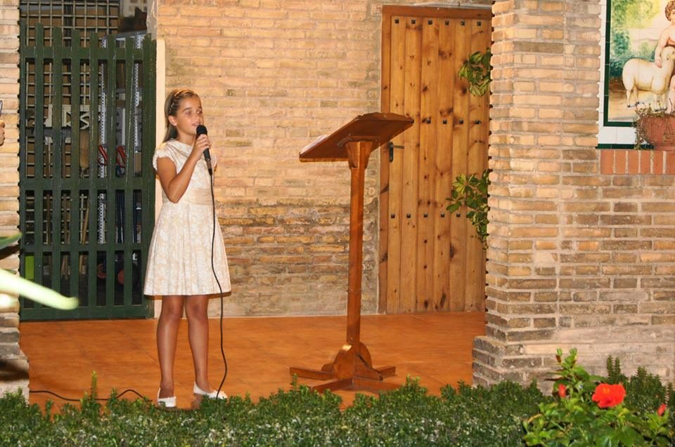 Paula Ibáñez dirigiendo las primeras palabras como fallera mayor infantil 2015